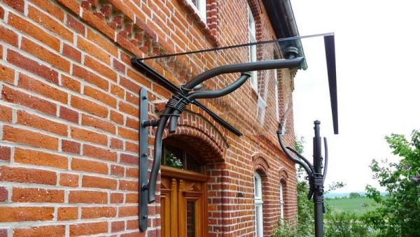 Vordach mit einem seitlichen Windschutz und Regenschutz