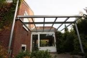 Vordach aus Sicherheits Glas mit einer feuerverzinkten Stahlkonstruktion