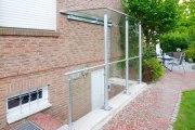 Überdachung, Geländer und seitlicher Regenschutz für einen Kellerangang