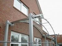 Vordach aus feuerverzinktem, lackiertem Stahl und Verbundsicherheitsglas