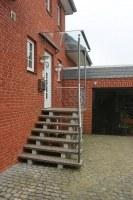 Treppengeländer mit seitlichem Windschutz und einem Vordach