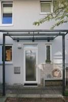 Modernes Vordach aus Glas und Stahl