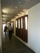 Hinterleuchtete Wandgestaltung aus Kupferblech für einen Flur bei der Infrastrukturbau