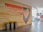 Wandgestaltung mit einem Logo aus Metall für den Pressevertrieb Karl Crämer KG