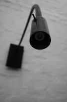 Schwanenhalsleuchte aus patiniertem Messing, bestückt mit einer LED