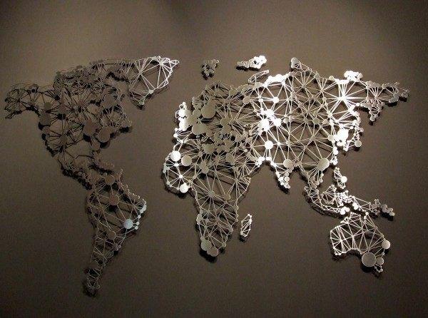 Spiel des Lichtes - Weltkarte aus Edelstahl