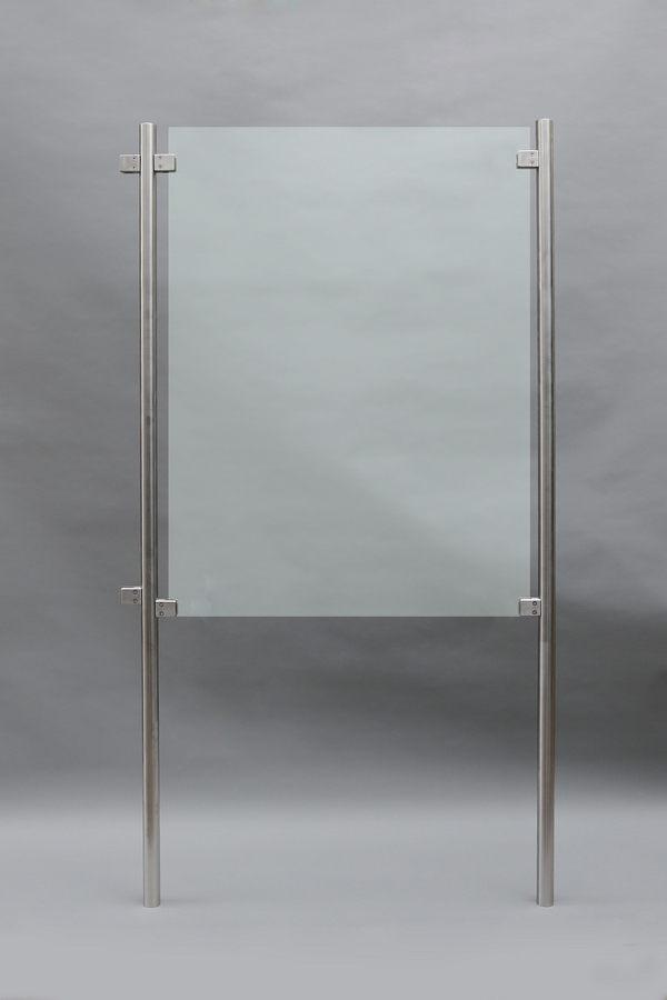windschutz aus edelstahl und foliertem glas. Black Bedroom Furniture Sets. Home Design Ideas
