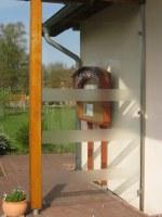 Windschutz aus Edelstahl und foliertem Glas