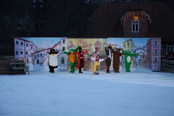 Eisshow auf dem Dorfteich im Winter-Zoo mit einem sehr kompliziertem Bühnenbild