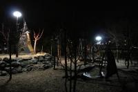 Den Spielplatz im Winter-Zoo haben mit Lichballons beleuchtet