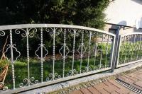 niedriger Gartenzaun aus feuerverzinktem Stahl