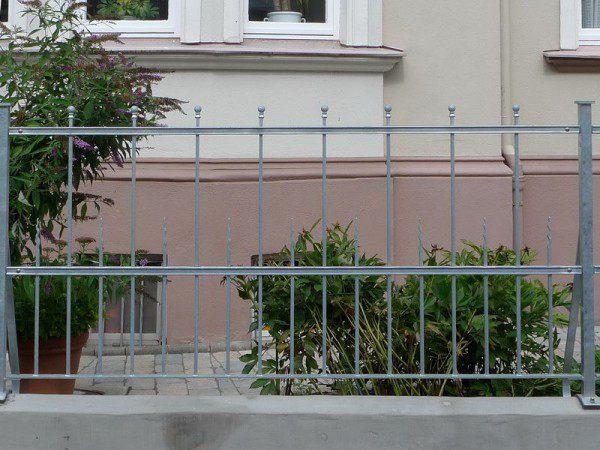 Zaunanlage mit Tor für ein historisches Gebäude