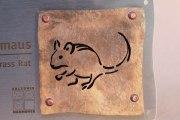 Afrikanische Striemen-Grasmaus, Tierschild aus Tombak und Edelstahl für den Zoo Hannover