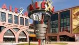 Stele Alexa mit Schriftzug und Hinweisen