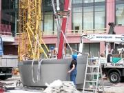 Aufstellen der Kunst Stele für das Alexa in Berlin am Alexanderplatz