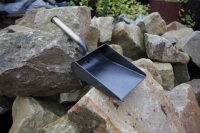 Handgefertigte Kaminschaufel aus Stahlblech und Messingdraht