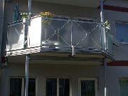 Balkongeländer aus verzinktem Stahl und Glas