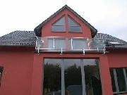 Balkongeländer aus verzinktem Vierkantrohr mit Sicherheitsglas