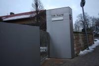 Briefkastenanlage, Klingel, hinterleuchtete Hausnummer und Tor aus Edelstahl