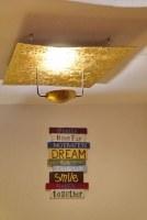 Leuchte mit einer modellierten, vergoldeten Fläche als Reflektor