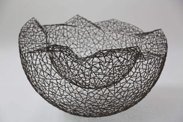 80 cm große, doppelwandige Schale aus Eisen
