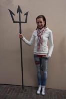 Unsere Praktikantin Sarah Lux mit einem geschmiedetem Dreizack
