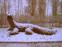 Echse mit rostiger Patina im Schnee