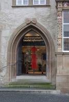 Eingangstür der Stadtinformation und Stadtbücherei in Hildesheim