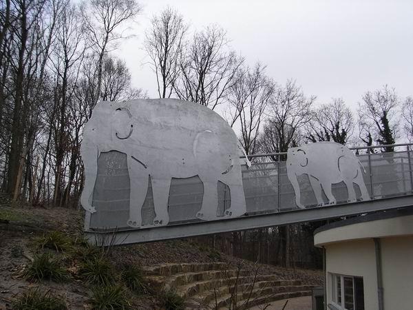 Elefanten Skulpturen an einer Fluchtwegebrücke für die Albert-Schweitzer-Schule der Stadt Wedel