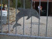 Toreinfahrt, Toranlage aus feuerverzinktem Stahl mit Ornamenten / Delphinen