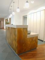 Verkleidung eines älteren Empfangstresen aus Holz mit Tombakblechen für die Unternehmensgruppe Lüder in Hildesheim
