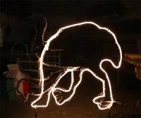 animierter Emu aus Rundstahl mit einem weißen Lichtschlauch nachgezeichnet