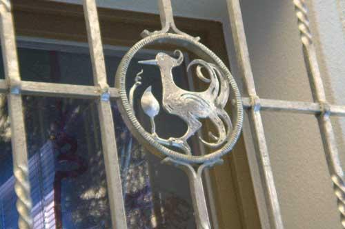 Restaurierung bestehender Fenstergitter wegen neuer Wärmedämmung