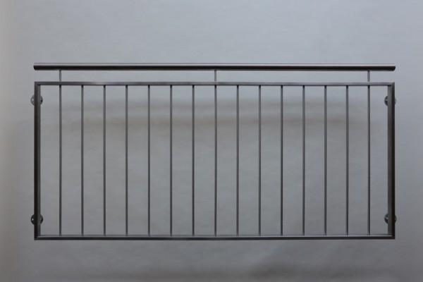 Franz.  Balkon aus Edelstahl mit vertikalen Relingsstäben