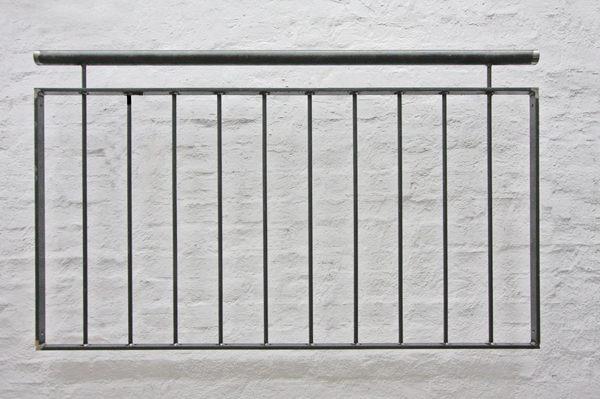 franz sisches balkongel nder mit vertikalen. Black Bedroom Furniture Sets. Home Design Ideas