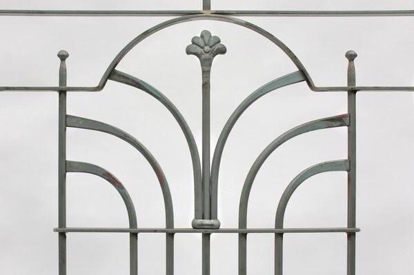 Französischer Balkon mit einem geschmiedetem Schmuckelement