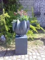 Pflanzgefäß mit Fuchsien, Stahlblech feuerverzinkt und lackiert