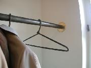 Garderobe aus Stahl und vergoldeter Säulenbekleidung