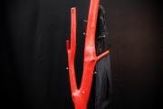 Garderobe aus Stahl und einem lackierten Baumstamm
