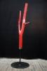 """""""red tree"""" - Garderobe aus Stahl und einem lackierten Baumstamm"""