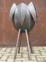 Pflanzgefäß aus Stahlblech, die Beine sind aus Blechstreifen gewickelt