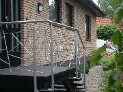 Treppengeländer aus verzinktem Stahl und Edelstahl.