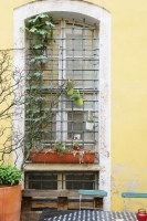 geschmiedete Fenstergitter aus gelochtem Vierkantstahl