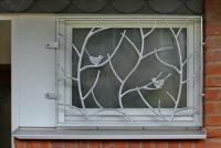 Geschmiedetes Fenstergitter mit kleinen Vögeln