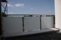 Balkongeländer aus Edelstahl und mattem Sicherheitsglas