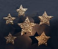 Goldene Sterne aus mit Schlagmetall vergoldeter Kupferfolie