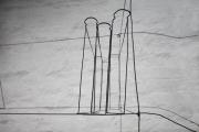 Kleines, skulpturales Regal mit Büchern aus 2 mm Eisendraht für einen Messestand