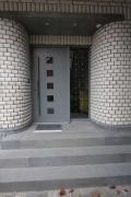 Holz Eingangstüre mit geschmiedetem Edelstahlgriff und einem LED Glas Seitenteil