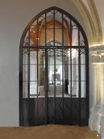 zeitgemäße Interpretation einer historischen, gußeiserenen Türe