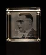 Gedenkobjekt - Jüdische Ärzte in Hannover; Skulptur mit gelasertem Glas
